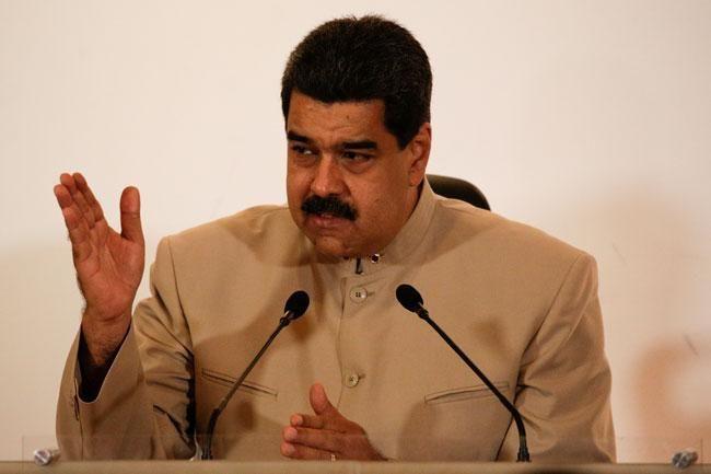 ] CARACAS * 03 de mayo de 2017. El poder electoral venezolano dio este miércoles su aval al gobierno socialista de Nicolás Maduro para activar una Asamblea Constituyente que rescribirá la carta magna, en medio de fuertes protestas opositoras que sacuden al país petrolero. Miles de venezolanos...