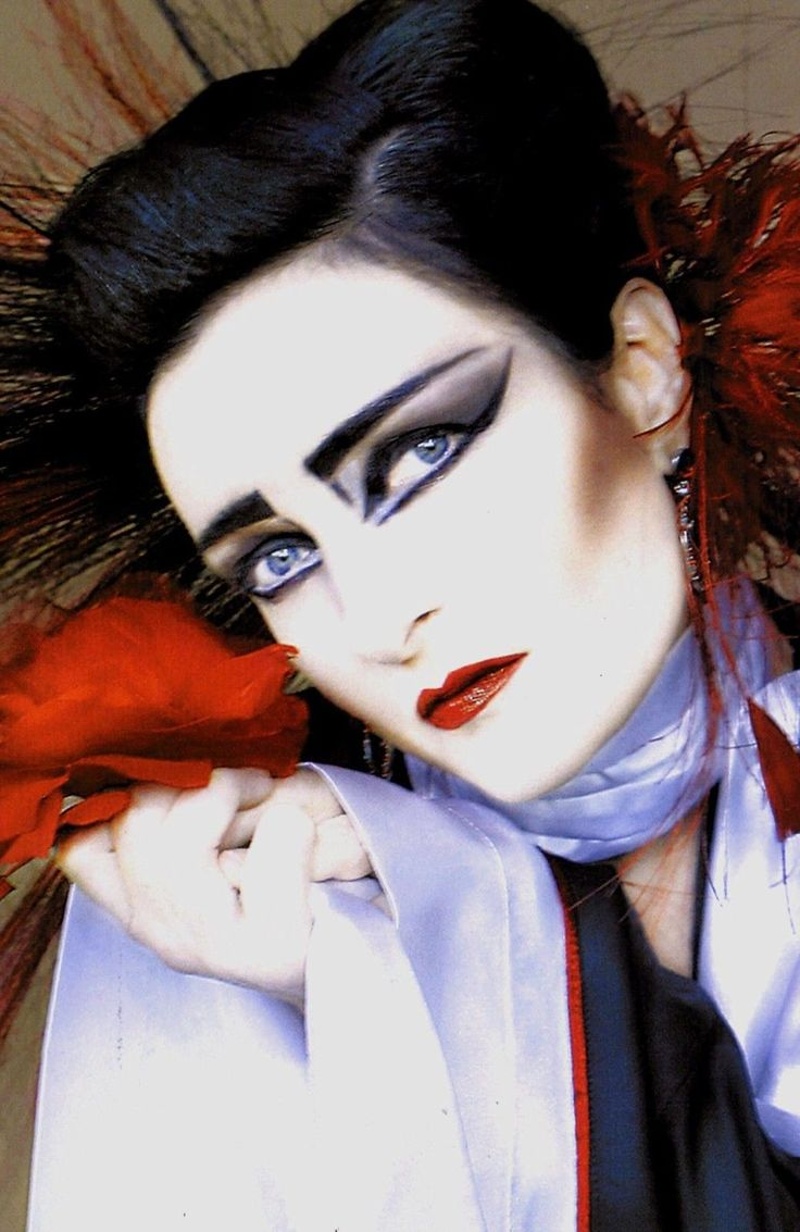 Siouxsie: let me give you the kiss of death, valentine. <3 Me: to be dead or really be dead is awesome! Bravo.