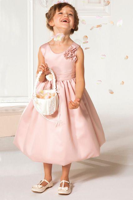 une robe rose cérémonie fille sans manche encolure ronde parée de fleurs