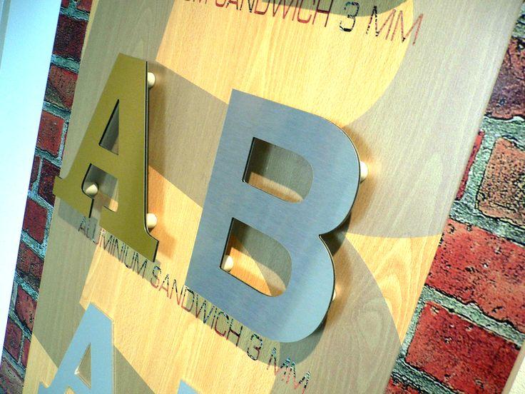 Overzichtsbord showroom Bosman: aluminium sandwichletters