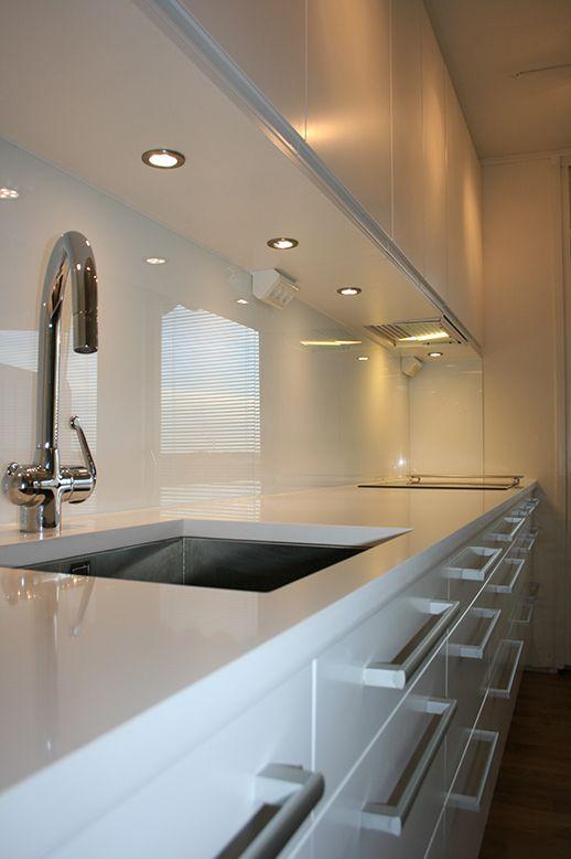 Modern vit kök från Epoq med vit stenskiva och underlimmad diskho