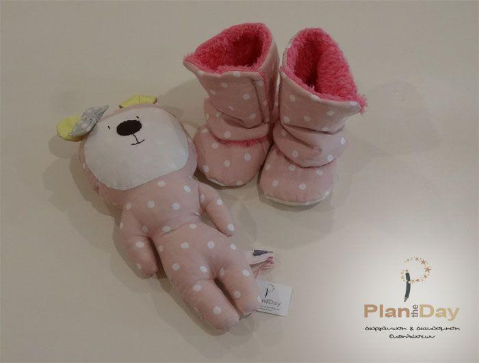 Σετ δώρου 100% χειροποίητο για κοριτσάκι 9-15 μηνών, από εξαιρετικής ποιότητας υφάσματα. Αποτελείται από χειροποίητα ροζ πουά μποτάκια (Νο. 9-15 μηνών) με γούνινη επένδυση καθώς και χειροποίητο κουκλάκι Los Fiogos φτιαγμένο από το ίδιο ύφασμα.  Πωλούνται και μεμονωμένα.