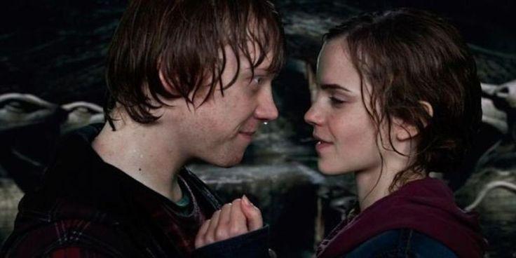 #11 Rupert Grint (encore) n'a pas réussi à assister à la scène du baiser entre Emma Watson et Daniel Radcliffe car celui-ci riait beaucoup trop ! (la vidéo ci-dessous montre à quel point il n'était pas à l'aise non plus !)