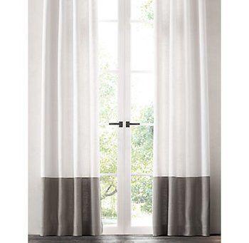 無地一色のカーテンでは単調だけれど、柄も使いたくないという時におすすめなのが二色使いのボトムボーダーのカーテン。下側に濃い色をカーテンの長さが引き立ち、落ち着いた印象を与えます。