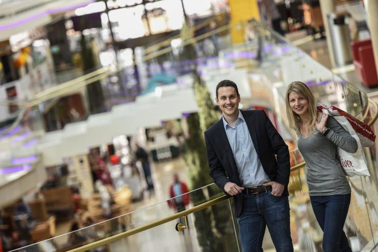 Lentia-City: Ostblock-Charme versprühte das alte Einkaufszentrum im Lentia-Hochhaus. Seit nahezu fünf Jahren ist das ausgebaute Einkaufszentrum schick und fesch. Auf einer Verkaufsfläche von 16.000 Quadratmetern sind 55 Geschäfte und Dienstleister eingemietet. »Darunter elf Gastronomiebetriebe«, sagt Centerleiter Josef Ratzenböck. Mehr zur Hauptstraße: http://www.nachrichten.at/oberoesterreich/linz/linzer-strassen/Gute-Einkaufszone-mit-Verkehrsproblem;art171645,1788222 (Bild: Schwarzl)