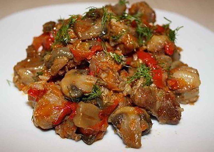 """""""Tocănița de porc cu ciuperci și ardei"""" este o friptură delicioasă care va fi pe placul întregii familii. Alături de piure de cartofi sau salată de legume, va fi o mâncare perfectă pentru prânz sau cină. Acest fel de mâncare arată foarte bine, este apetisant, consistent, carnea este foarte moale și suculentă, iar ciupercile și …"""