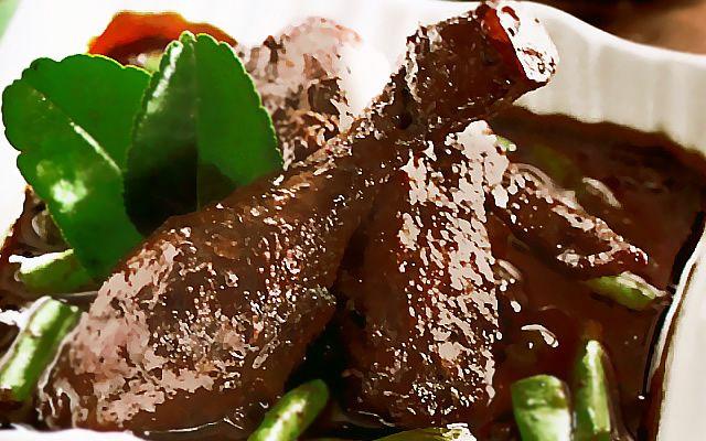 Resep Semur Ayam Kuah Hitam ini menghadirkan buncis di dalam kelezatan semur ayam berkuah pekat hitam karena menggunakan kemiri sangrai dan kluwek. Maknyus buat santapan siang keluarga hari ini.