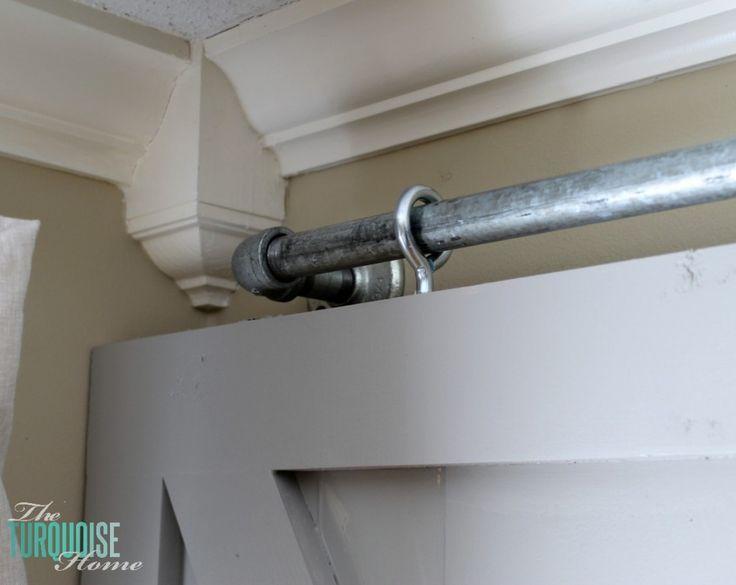 Simples DIY deslizante portas de celeiro    TheTurquoiseHome.com