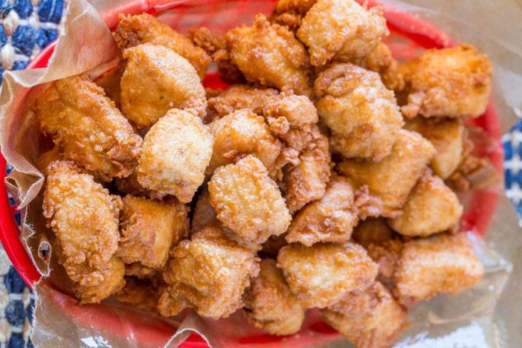 C'est une recette super facile et absolument délicieuse de petites bouchées de poulet frit... À essayer, pour vos soirées de sportifs de salon :)