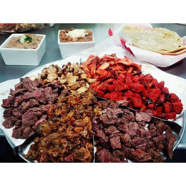 Alguien dijo Antojo?  Para la hora de la comida que te parece esta deliciosa parrillada con diferentes tipos de carne, esta tan riquísima que no sabrás por cual comenzar, disfrútala en Chimpsy! #Ensenada tiene esto y mas para ti! Aventura por yazz_farfan