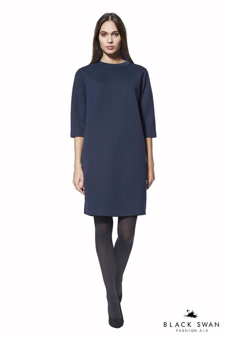 Blå sporty og minimalistisk kjole i let scuba kvalitet med rund hals, sidelommer, lynlås i nakken og trekvarte ærmer. Style dem med sneakers eller fine sko. Lovely blue sweatdress. Black Swan Fashion