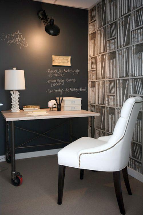 Zona de estudio con Pintura de pizarra + Wallpaper by Cole & Son (Libris Maximus by Fornasetti Wallpaper)