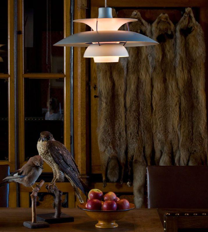 ルイスポールセン louis poulsen:80年以上にわたり、建築家やデザイナーたちと協同し、建物とその周辺環境のための革新的なライティング・ソリューションを生みだしてきました。その優れたデザイン、クラフツマンシップ、そして品質は、世界中のさまざまな傑出したプロジェクトで目にすることができます。 ポール・ヘニングセン、アーネ・ヤコブセン、ヴァーナー・パントン、ルイーズ・キャンベル、アルフレッド・ホーマンなどの代表的な照明作品はルイスポールセンより世界中で使用されています