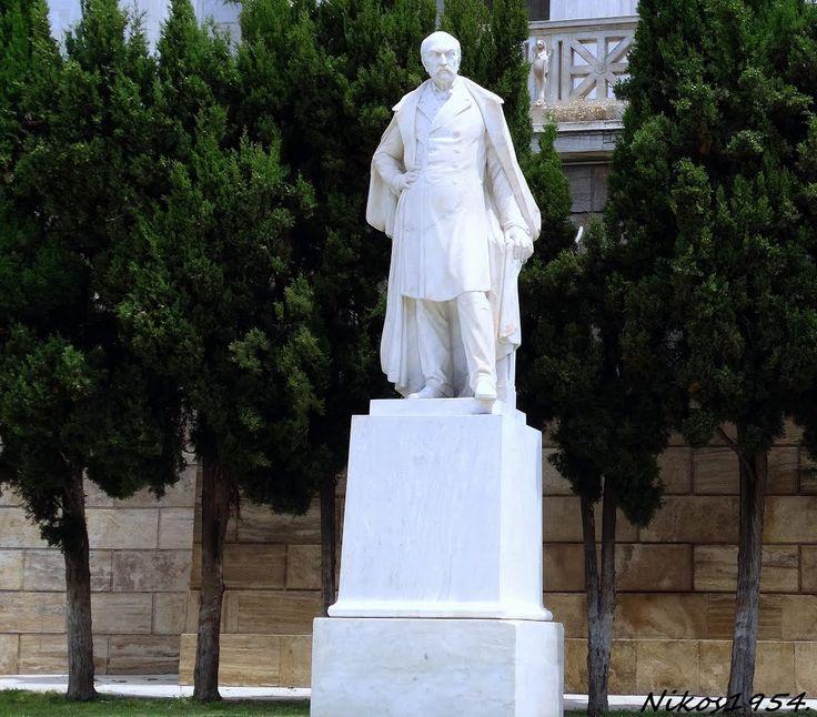 Το Άγαλμα του Παναγή Βαλλιάνου μπροστά στη Βιβλιοθήκη. Έργο του Γεωργίου Μπονάνου.