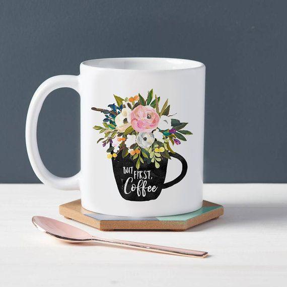 Weiße Tasse mit 'But first Coffee' und Blumenprint. Findet ihr auf Etsy.