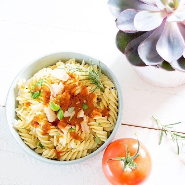 """Wir kennen es alle. Manchmal muss es schnell gehen. Manchmal haben wir keine Lust zu kochen und manchmal da bleibt einfach das Leben nicht stehen..... dann ist es gut, wenn man etwas in der Hinterhand hat. Etwas, was """"fertig aus dem Glas kommt"""" und doch selbstgemacht und gesund ist. Ob für Kinder oder das Büro – meine leckere Tomatensoße schmeckt besonders, da sie aus frischen Tomaten gemacht  .  .  .  .    Wie du sie machst, zeige ich heute auf dem Blog. .  .  .    ______________  #fei"""