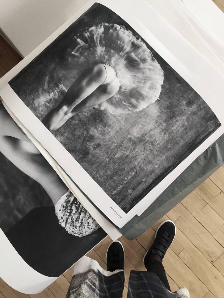 Idag har jag och Elin besökt fotografen Andreas Sundgren. Mannen bakom tavlorna med helt magiska ballerinamotiv. Han är inte bara en fantastisk fotograf, han har dessutom ett mycket gott öga för inred