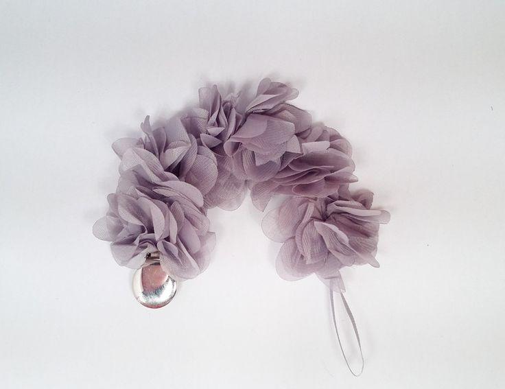 Zawieszka do smoczka. Piękne szare kwiaty, idealna na specjalne okazje oraz prezent dla małej księżniczki :)