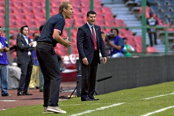 Jurgen Klismann y José Manuel de la Torre trababan de ordenar a sus jugadores.