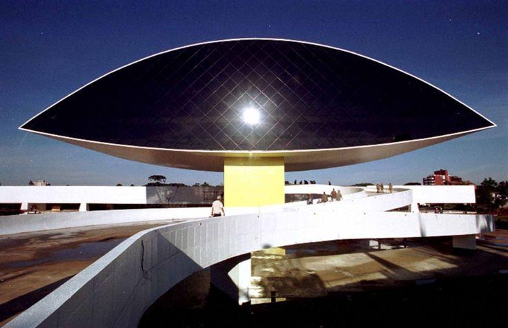 Museu Oscar Niemeyer - Brasil - O Museu Oscar Niemeyer localiza-se na cidade de Curitiba, capital do estado do Paraná, Brasil. O complexo de dois prédios, instalado em uma área de trinta e cinco mil metros quadrados, é um verdadeiro exemplo da Arquitetura aliada à Arte. [Wikipédia] Endereço: Rua Marechal Hermes, 999, Centro Cívico, Curitiba - PR, 80530-230
