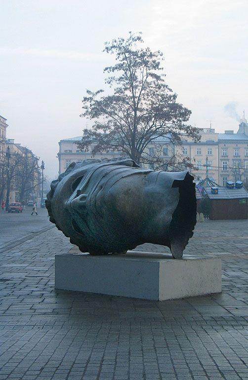 Igor Mitoraj, Eros Bendato (Eros Bound), 1999, exhibited in Kraków, Poland, 2003.