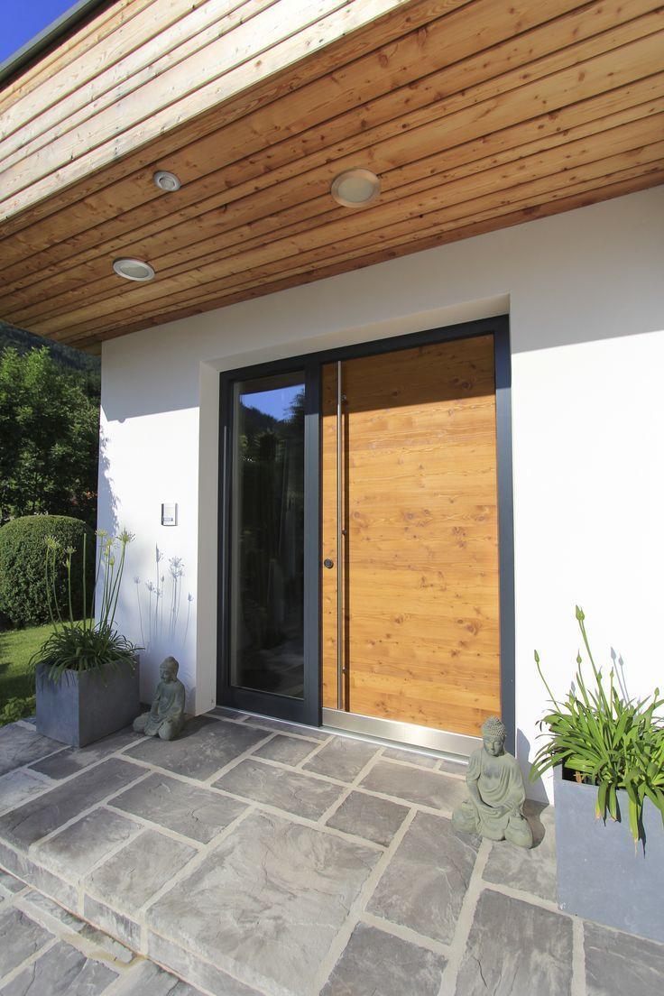 Moderner Eingangsbereich unserer Kundin mit einer Haustüre aus Lärchenholz, ko… – Vorgarten ideen
