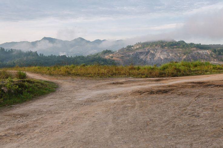 Pemandangan di bekas tambang batu bara di Sawahlunto, Sumatra. Sawahlunto pelan-pelan bertransformasi dari kota tambang menjadi destinasi wisata.