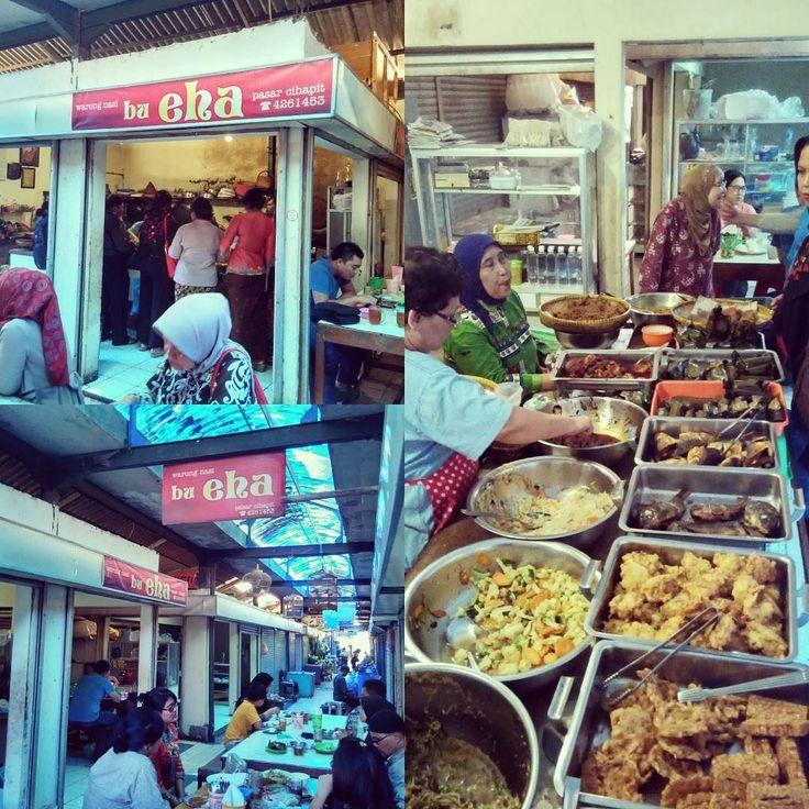 """Siapa yang tidak kenal dengan Legenda masakan sunda di #Bandung yaitu """"Warung Nasi Bu Eha"""" yang terletak di Pasar Tertua di Bandung #pasarcihapit jalan Cihapit no 1. Sejarah pasar ini tidak lepas dari perjalanan awal #warungnasibueha yaitu dimulai dari tahun 1947. Di usia Bu Eha ( Yang Baju Hijau jangan sampai lolos eh ) 84 tahun masih gesit dan tangkas melayani pelanggan dari jam 06.30-16.00 WIB. Setiap hari kecuali hari Minggu. Rasa istimewa Aneka Pepes  Sayur Kepala Kakap Sayur Urap Gepuk…"""