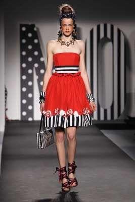 Moschino collezione primavera-estate 2011 - Abito rosso, nero e bianco Moschino estate 2011