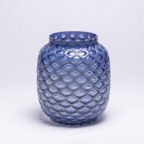 Inove sua decoração com o Vaso Hive. Fabricado em vidro na cor azul cobalto e motivo colméia. Uma combinação perfeita com outros objetos decorativos de sua casa. #Vaso #LojaSoulHome