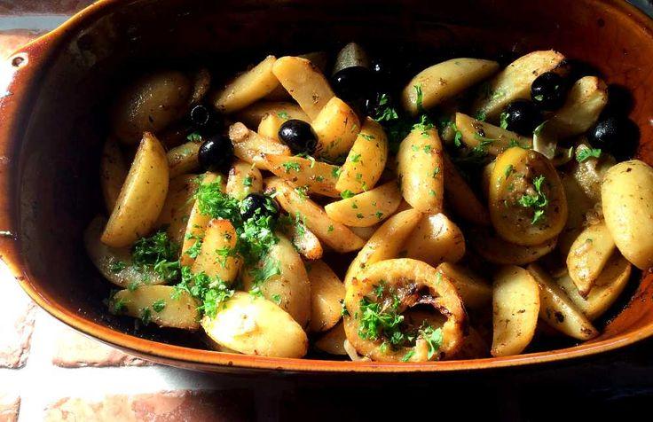 """Ovnsbakte potetbåter på gresk manér! Her skal vi selvsagt ha god olivenolje, hvitløk, en skvett hvitvin, greske krydder og sitron. Mye sitron! Selv om vi godt kan kalle retten for """"sitronpoteter"""", er dette aldeles ikke for surt. Tvert imot: Patates…"""