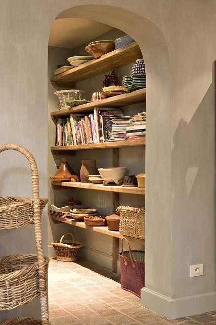 pretty rustic shelves. Mooie kleur in combi met houten planken. Hoge plint !