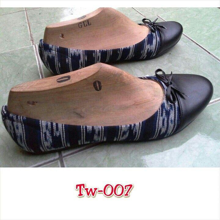 Sepatu tenun mix kulit uk. 36 sd 41, minat hub. Ke Facebook: shop lombok, Instagram: tenun_dan_mutiara_sasak, watsap:  087865461834, pin BB: 7DAC95EC