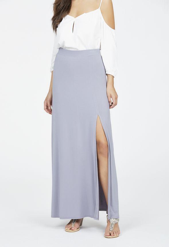 Una falda maxi es una prenda esencial en un vestuario de verano. Ésta tiene una silueta cómoda y una caída lisa con el bajo plisado. En negro y en malva....
