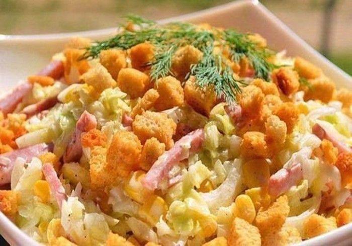 Jednoduchý a rychle připravený zeleninový salát se šunkou a sýrem přelitý majonézové omáčkou s koprem. Na vrchu křupavé chlebové krutony.