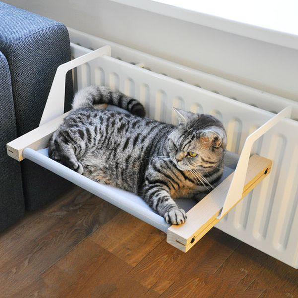 Hamac pour chat design, confortable et eco-responsable Ce superbe hamac fait à base de hêtre, polyester et métal ravira votre chat en plus d'être un vrai atout pour votre intérieur. A attacher à un…