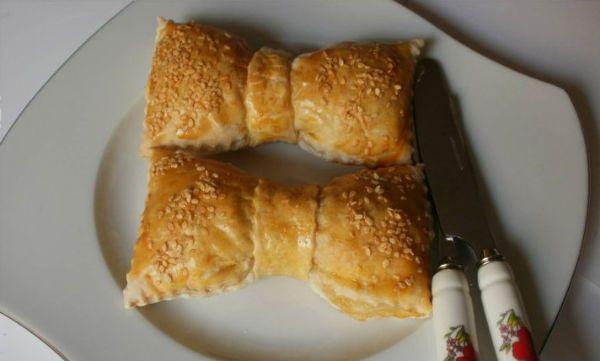 fiyonk_börek Malzemeler,  10 adet milföy hamuru ( buzu hafifçe çözülmüş)  2 yumurta  yarım kilo ıspanak ya da pazı ( ince ince doğranmış)  2-3 kuru soğan  1 çay bar. zeytinyağı  Tuz ve karabiber..