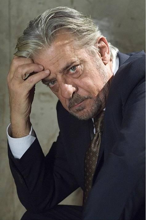 """Oggi ospite a @Djchiamaitalia Giancarlo Giannini che torna alla regia dopo 25 anni, con il suo secondo film """"Ti ho cercata in tutti i necrologi"""""""