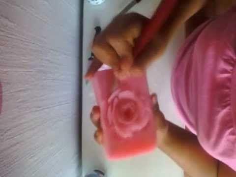 Cómo tallar una rosa en jabón - YouTube