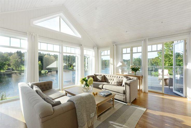 Sällskapsrum med stora fönsterpartier mot vattnet