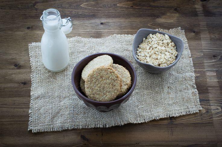 I biscotti Digestive sono dei dolcetti di origine inglese realizzabili in casa con l'impiego di fiocchi d'avena e farina di grano integrale.