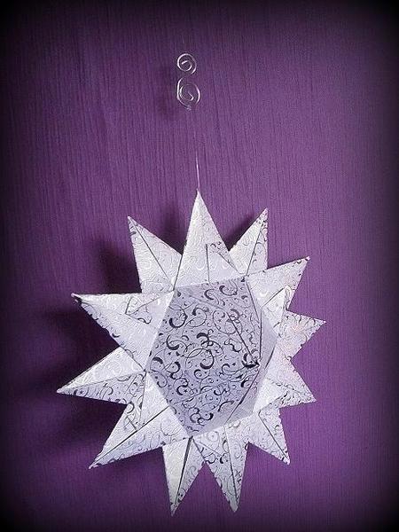 Zauberhafter Stern zum Aufhängen.  Tolle festliche Optik in weiß und silber. Inklusive Hangearbeitetem Ornament aus Aluminium.