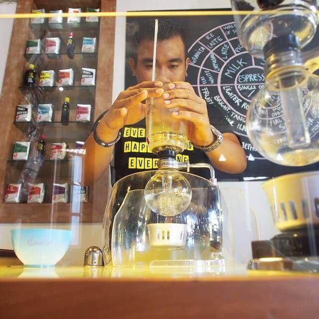 Barista di Seniman sangatlah friendly dan mengerti sekali dengan kopi. Sang Barista di atas sedang meracik Cold Drip Coffee yang membutuhkan waktu cukup lama. Harus di coba! Photo credit: IG @seviella