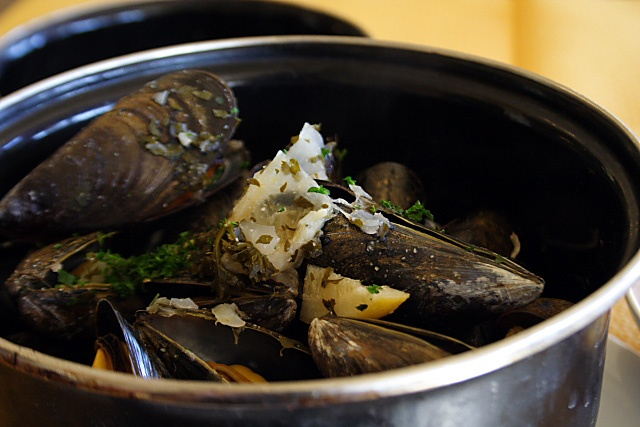 Moules à la Marinière Recipe - French/Belgium-style mussels cooked ...