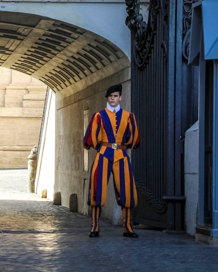 Ватикан😊 . На последнем фото гвардеец, охраняющий покои Папы😊 . #vatican #italy #rome #ватикан #италия #рим #италиястранапрекрасного #удивительноерядом #мирмоимиглазами