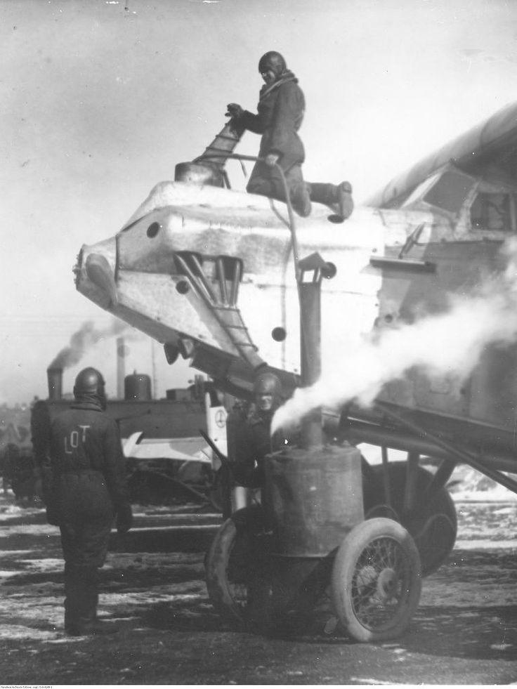 Nawet dzisiaj odpalenie niektórych samochodów po mroźnej nocy stanowi nie lada wyzwanie o poranku. Jak sobie radzono z tym w 1931 roku? Pracownicy lotniska w Warszawie rozgrzewają silnik samolotu Fokker F.VIIa przed startem w zimie. Na zdjęciu widać też kocioł z kominem na dwukołowym wózku a w tle parowóz.