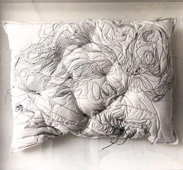 A artista iraniana Maryam Ashkanian desenvolveu uma série apaixonante de esculturas bordadas. Ela usa travesseiros para estampar com bordados pessoas dormindo. O efeito é incrível, ela captura as f…