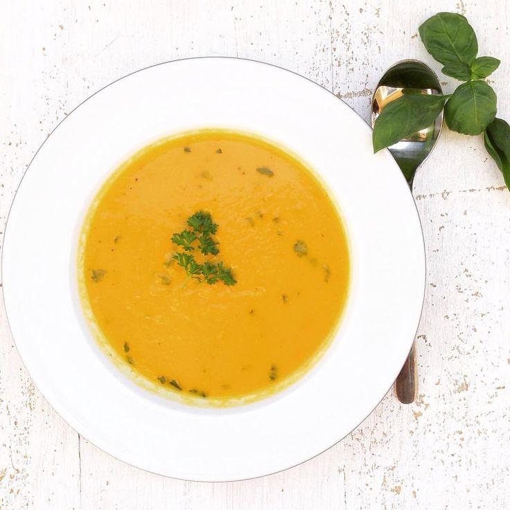 Auf www.teamveggie.de findet ihr jetzt das #Rezept zur Kürbis-Karotten Suppe. Der Herbstklassiker ist #vegan und #glutenfrei.  Lasst es euch schmecken ❤️ #glutenfreevegan #glutenfree #pumpkinsoup #kürbissuppe #whatveganseat #vegansofig #veganfoodporn #veganfoodshare #healthy #healthyfood #healthyfoodshare #vegansoup #glutenfreefood #veganfoodblog #foodblog #foodblogger_de #teamveggie