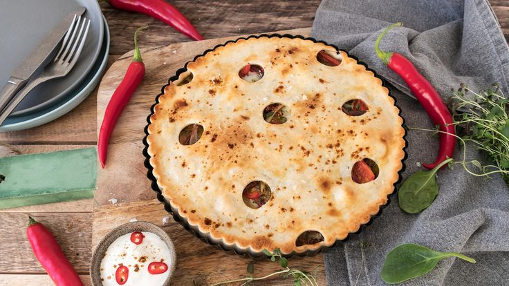 Enkel og god oppskrift på pai med kylling, paprika, rødløk, soltørket tomat og crème fraîche. Lag din egen paibunn, eller så kan du jukse og bruke ferdig paibunn. Server gjerne paien med tomatsalat og godt brød.