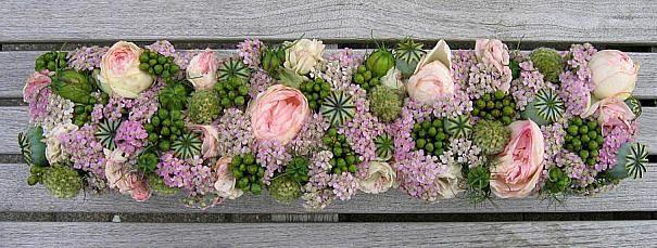 Bloemstuk met bloemen uit de tuin maken als tafelstuk of tafeldecoratie voor op de tuintafel,